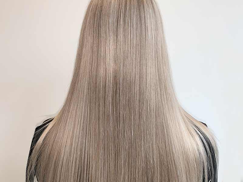 model met highlights in het haar
