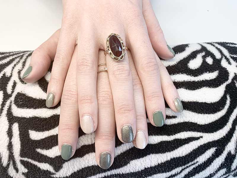 metallic groen gelakte nagels