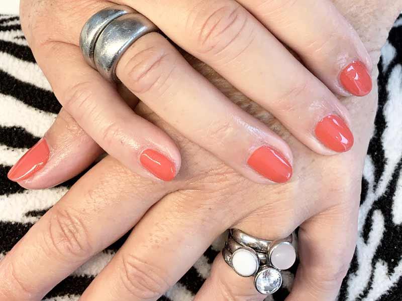 koraalrood gelakte nagels